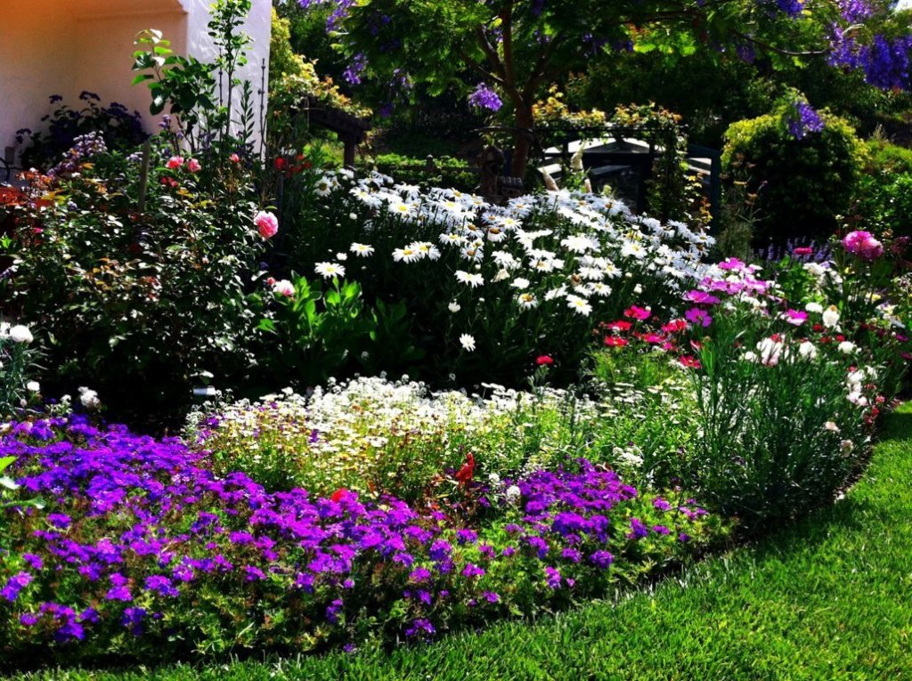 Flower bed designs and best tips for applying actual home for Best flower beds ideas